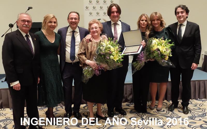 El director general de UG21,  Manuel González Moles, recibe el galardón del Ingeniero del Año Sevilla 2016