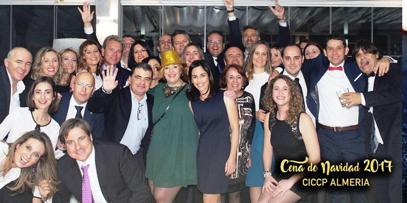 Medio centenar de personas se reúnen en una divertida cena navideña en Almería