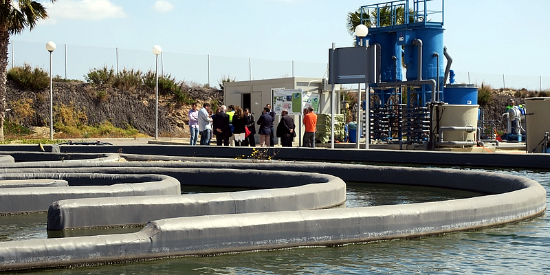 Los ingenieros recorren la depuradora de El Toyo para conocer los innovadores proyectos Incover y Biosol que desarrolla Aqualia
