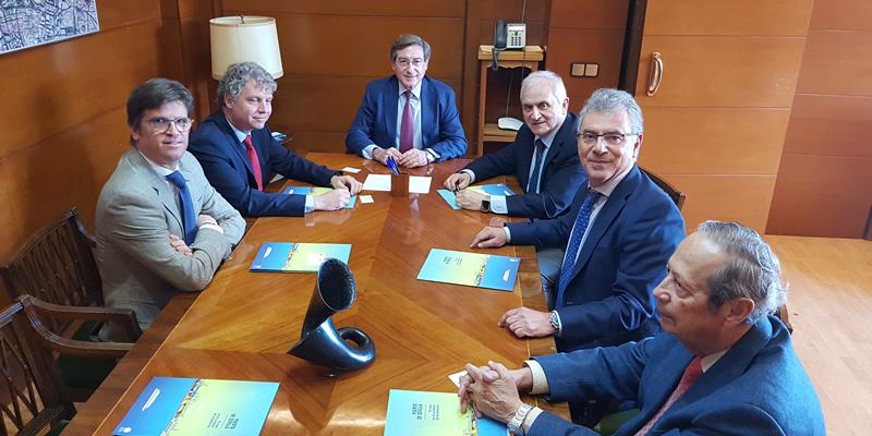 El Colegio se implicará con el Puerto de Sevilla en difundir las potencialidades del único puerto marítimo interior del país