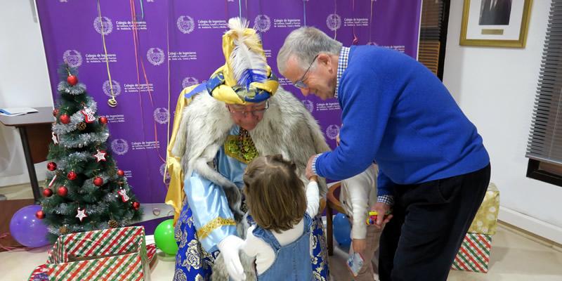 Los pequeños de la casa colegial entregan sus cartas al paje de los Reyes Magos de Oriente