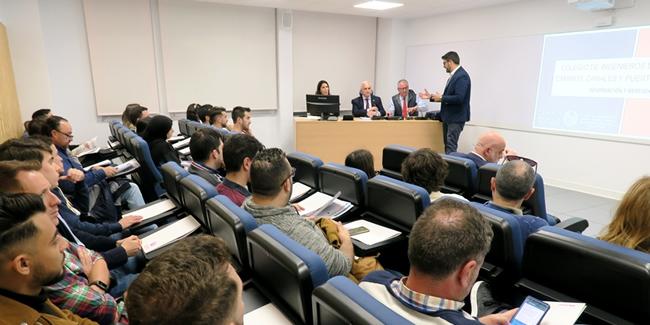 Los representantes de la Demarcación acercan a los alumnos de la EPS Algeciras sus opciones al salir de las aulas y los servicios del Colegio