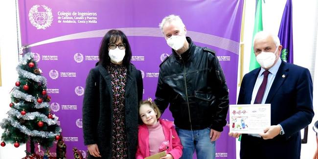 Ana Mercedes Melville Carmona recoge entre emocionada y tímida el premio como ganadora del Concurso de Christmas de la Demarcación